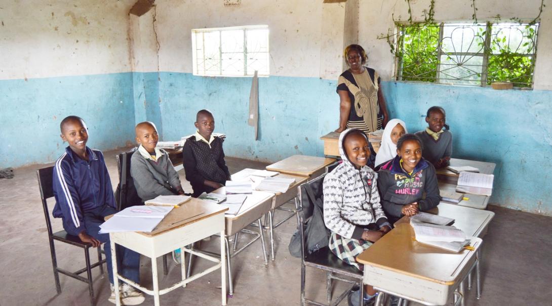 ケニアの学校で学ぶ子供たち